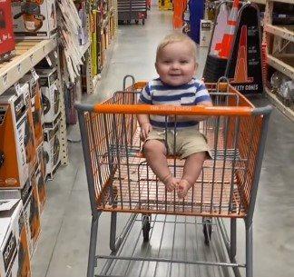 smeh decaka u kolicima za kupovinu