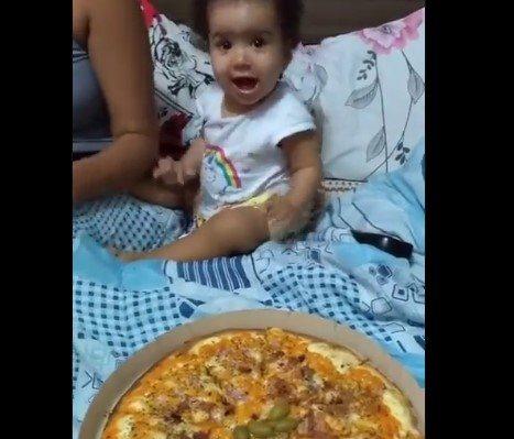 devojcica se raduje kada vidi picu