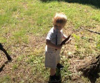 dete uzelo igracku koja je tatu prestraviila